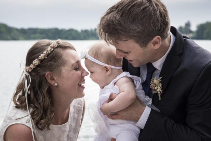 Hochzeit - Brautpaar mit Baby am Wurlsee in Lychen